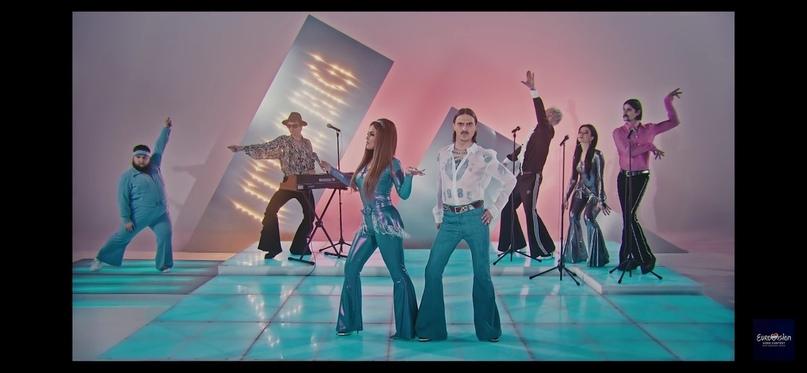 Юрий Музыченко — крайний справа, в розовой рубашке. Дмитрий Красилов — крайний слева, в голубом наряде с повязкой. Флорида Чантурия — девушка в сером блестящем комбинезоне, рядом с Юрием