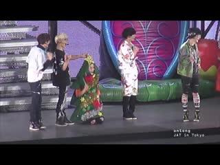 Onew as christmas tree feat. jjong (japan arena tour 2013)