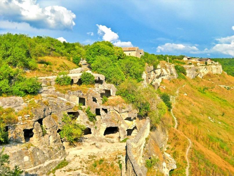 Здесь была основана столица Крымского ханства Кырк-Ер, во главе Хаджи I Герая