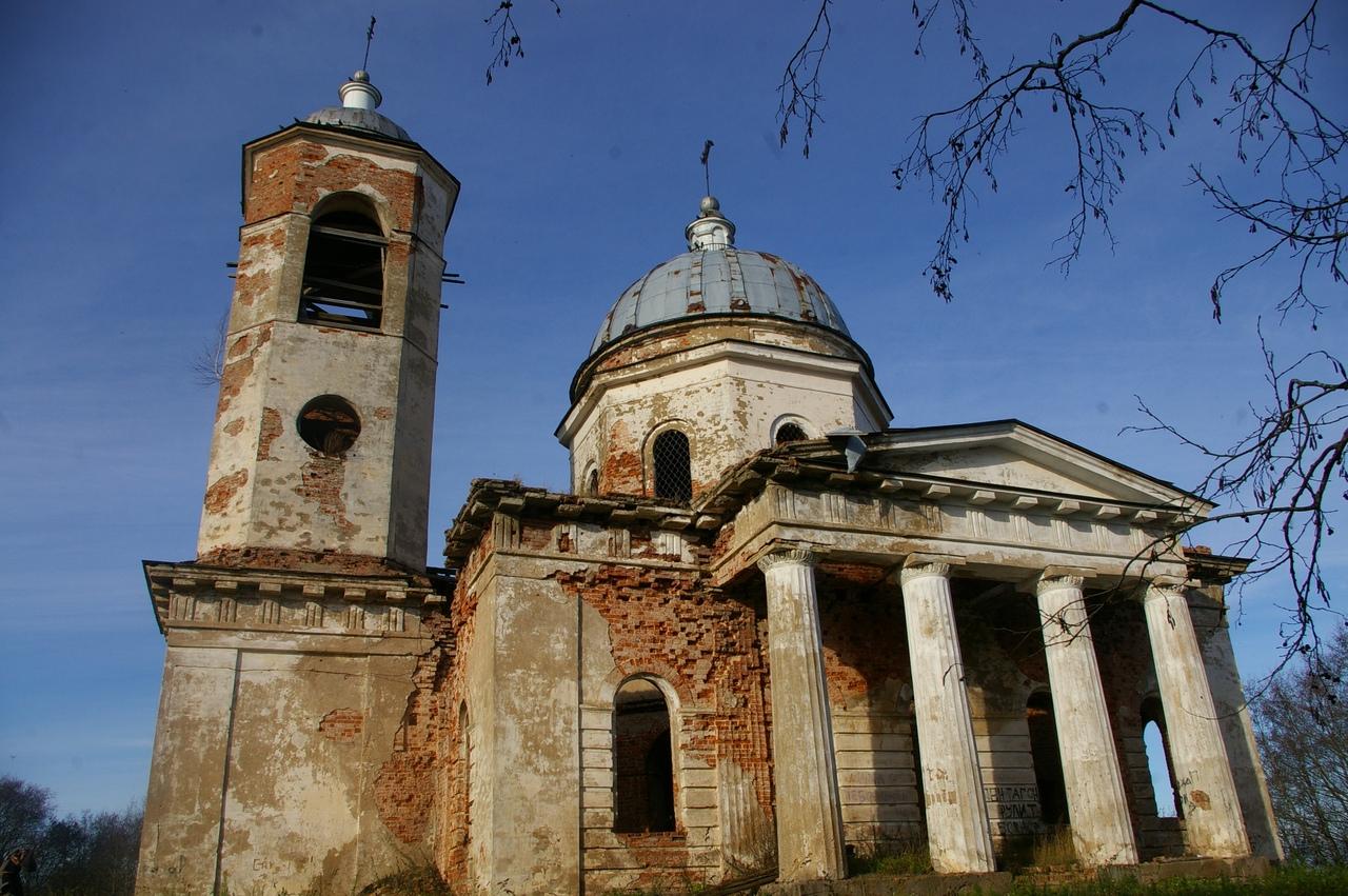 Новгород в октябре. Красивый заброшенный храм на горе. Село Бронница.