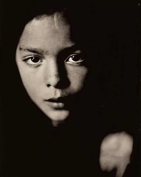 Фотограф снимает портреты детей с помощью фотопроцесса позапрошлого века. Первая публикациямокрого коллодионного процессадатируется 1851 годом. Тогда это изобретение, приписываемое Фредерику