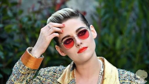 Актриса Кристен Стюарт заявила, что не получает крупные роли у голливудских продюсеров из-за своейквир-идентичности В интервью британскомуHarpers Bazaarона рассказала:«Мне сказали прямым