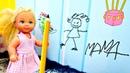 Штеффи рисует на обоях - Клеим новые обои с Барби. Играем в куклы