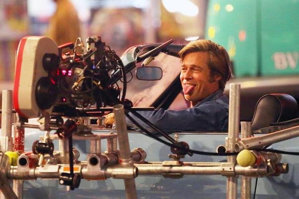 Брэд Питт дурачится на съёмках «Однажды в Голливуде», 2018 год