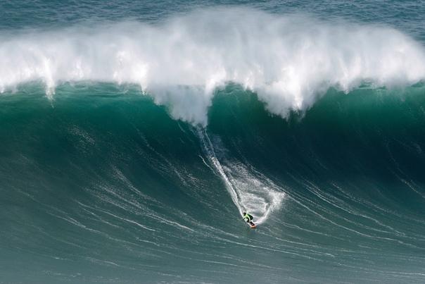 Покорение больших волн маленькими людьми. Лучшие серферы мира отправляются в Испанию и Португалию ради гигантских волн. Одни из самых крупных волн зафиксированы в Прайа-ду-Норте (Португалия),