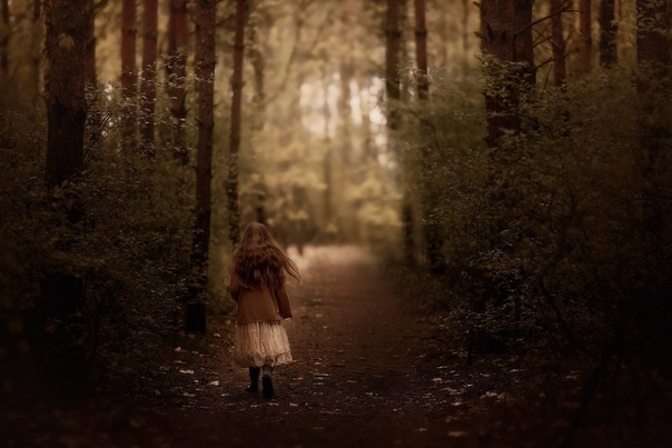 «Странница» Она пришла в село с последними лучами заката, на миг осветившими её скрюченную спину. Одетая в ветхое рубище, седая старушка медленно шла по широкой улице, подслеповато смотря на