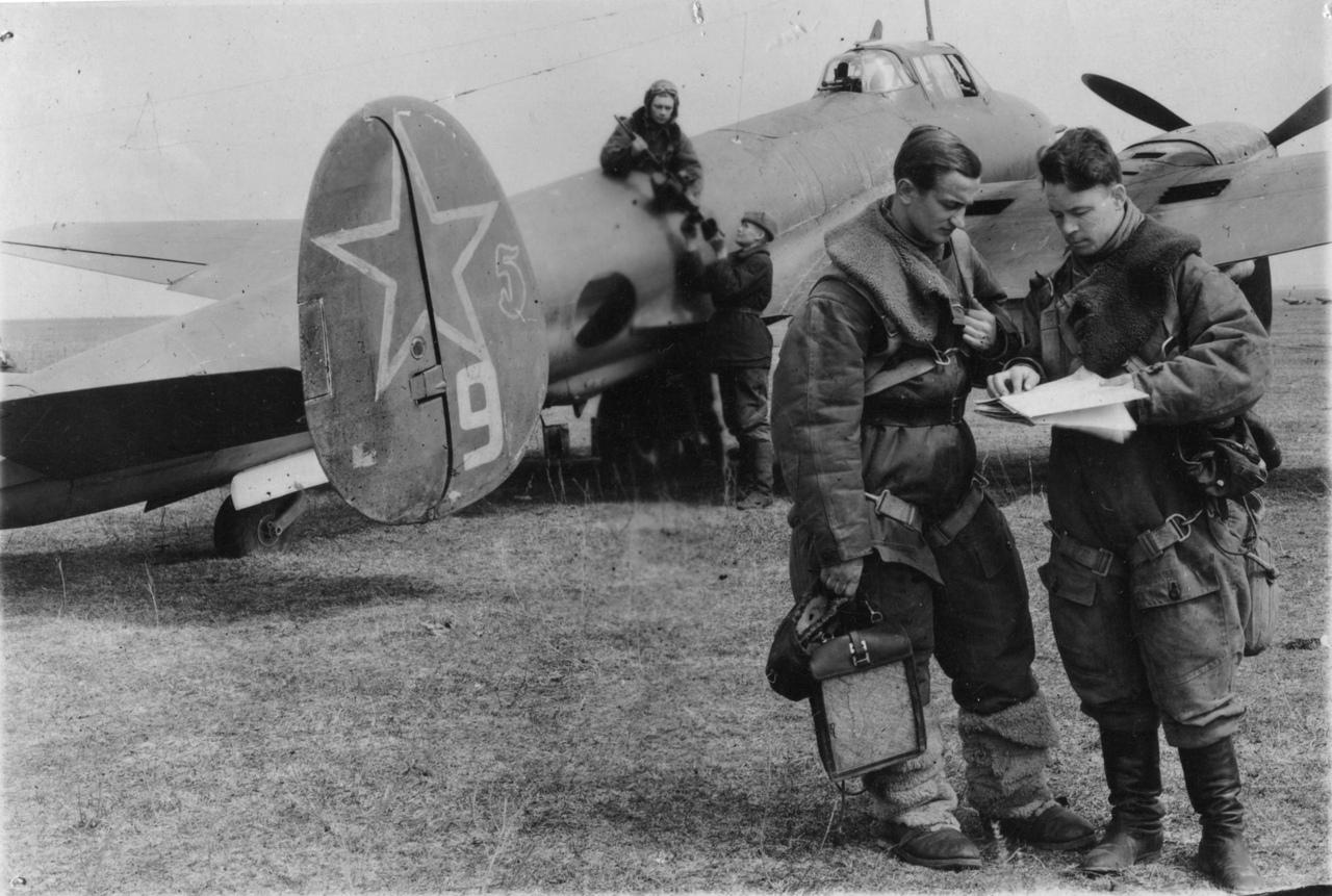 Пилот и штурман советского пикирующего бомбардировщика Пе-2 обсуждают предстоящий боевой вылет.