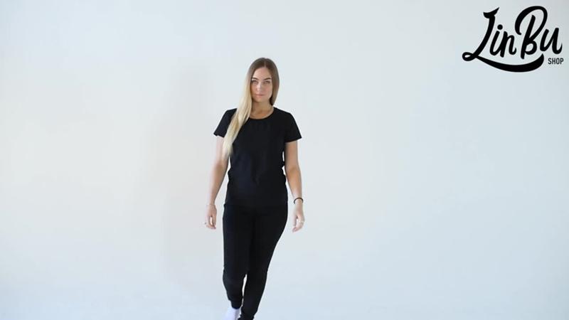 Женская черная футболка.
