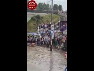 Ливень в Киеве  вызвал потоп возле одной из станций метро