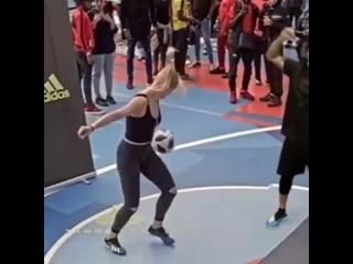 Strength of Body. Девушка очень круто владеет мячом
