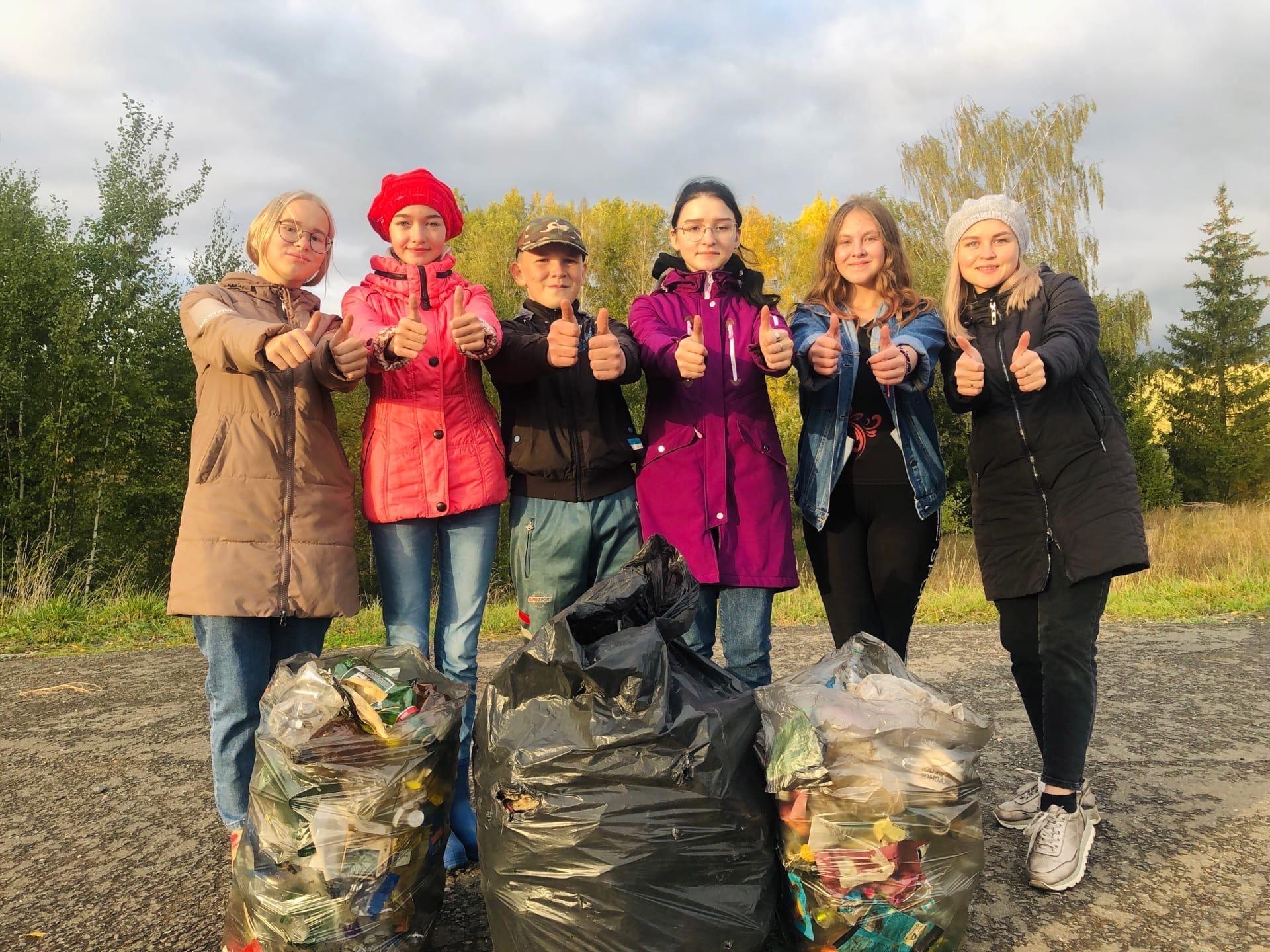 Ребята из деревни Старые Юбери очистили деревенскую остановку от мусора