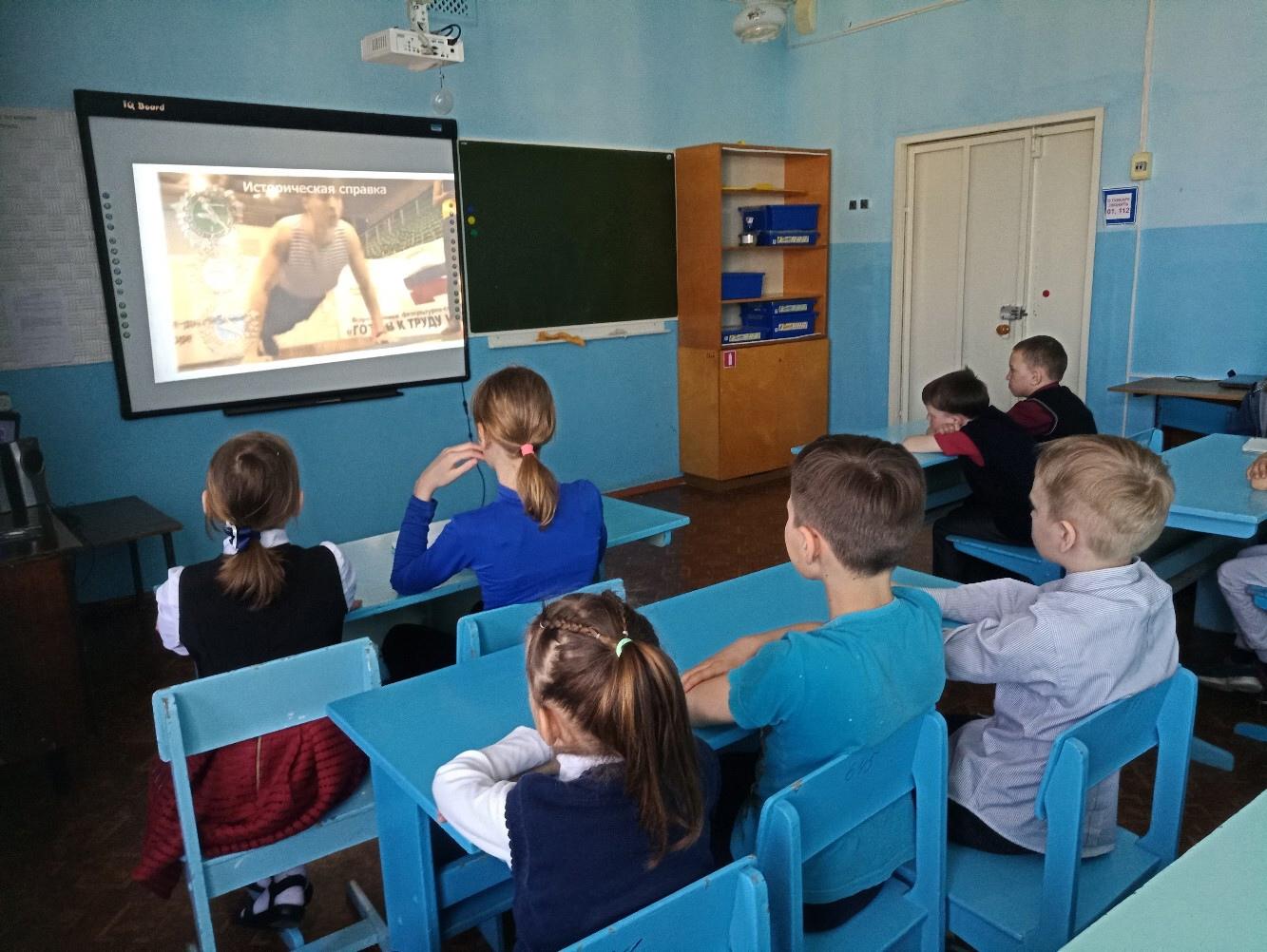 Обучающиеся смотрят видеоролик