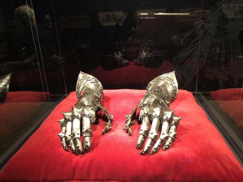 Пара перчаток, которые принадлежали Максимилиану и были сделаны Лоренцем Хельмшмидом около 1490 года. Они были привезены из Нидерландов в Испанию его внуком Карлом V. Перчатки, наряду с любимым доспехом Максимилиана, были предметами глубокого почитания Карла, будущего короля Испании и императора Священной Римской империи.