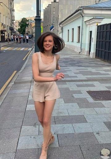 35-летняя Екатерина Шпица сменила прическу и стала похожа на школьницу