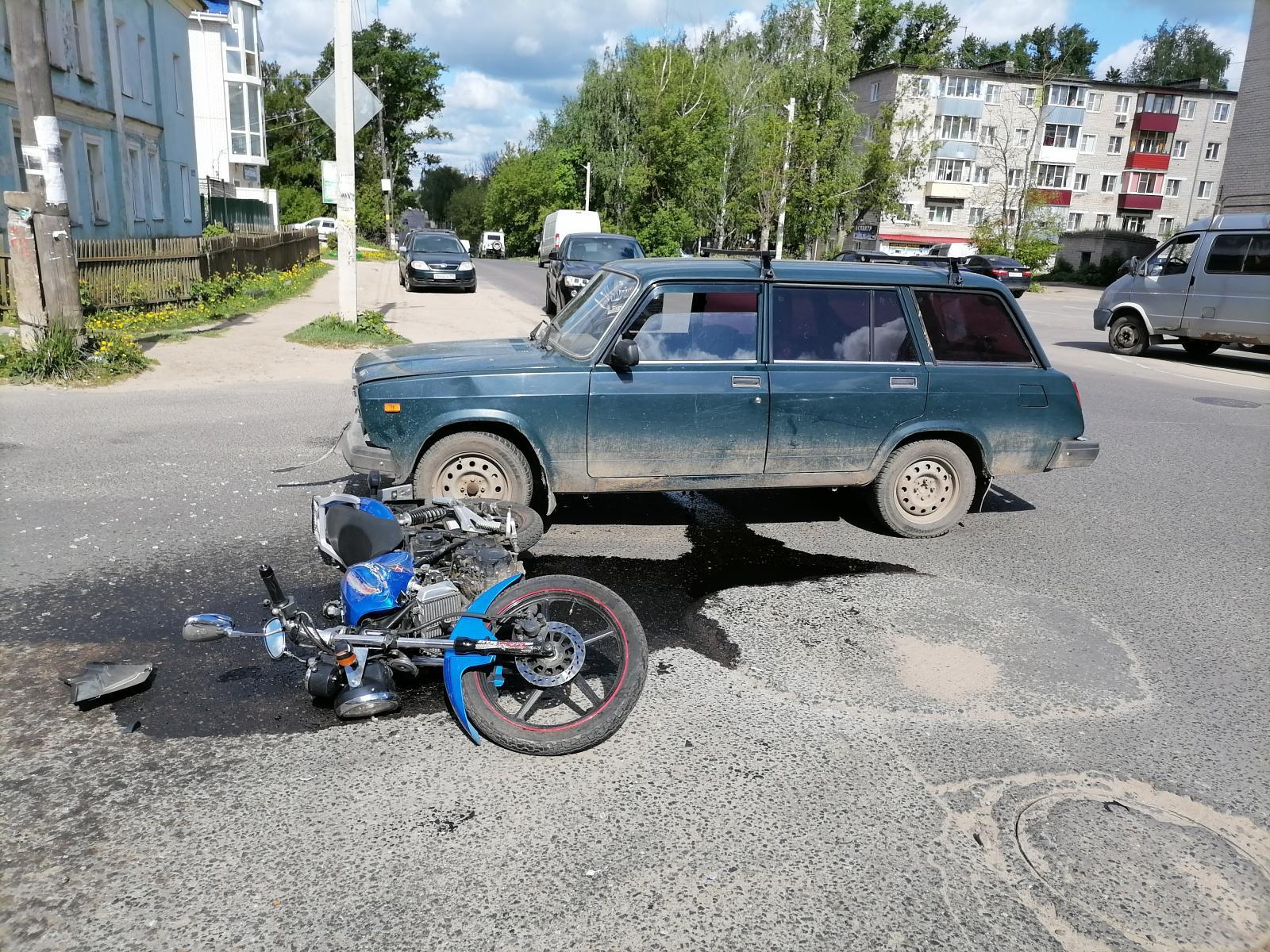 В Кимрах водитель ВАЗа спровоцировал ДТП с двумя пострадавшими мотоциклистками