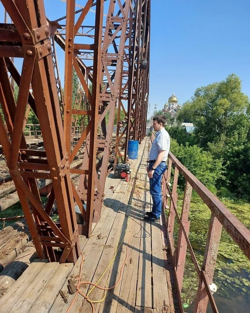 Ремонтные работы на железном мосту через Медведицу ведутся недостаточно активно: подрядной организации рекомендовано увеличить количество рабочих и перейти на двухсменный режим