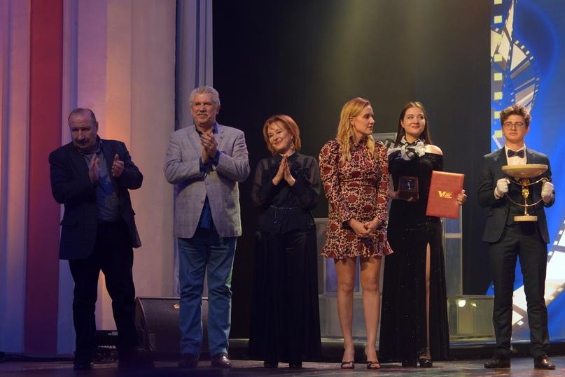 Жюри вручает гран-при фестиваля «Виват кино России!»