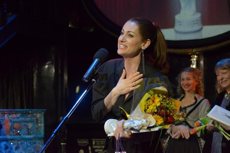 Народная артистка РФ Анна Ковальчук награждена премией «Фигаро» в номинации «Лучшие из лучших» — за блистательное исполнение ролей на российской театральной сцене»