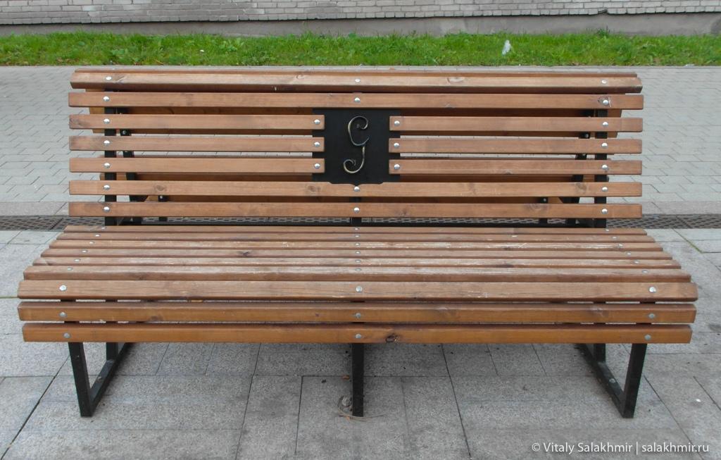 Скамейка на Соборной улице в Гатчине, путешествие 2020