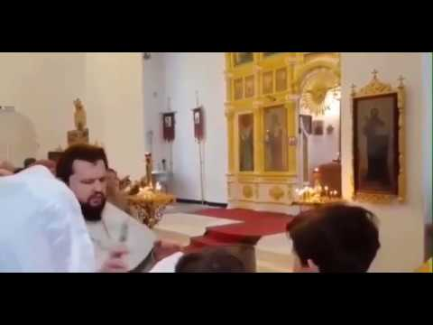 Священик РПЦ в Москве обоссал свою паству на молебне из шланга и сказал что это святая вода