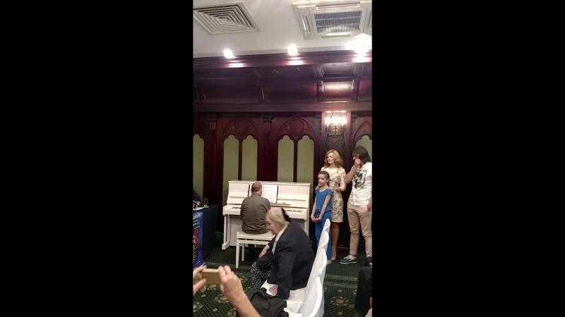 Выступление главных героев мюзикла Тайна Третьей планеты на пресс-конференции.