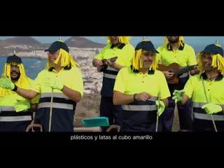 Basureros geniales que están cantando sobre el tema de reciclaje.