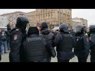 В Москве начались первые задержания на несогласованной акции