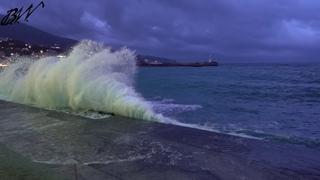 Волна бьёт в набережную Ялты