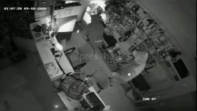 Начинающие грабители опустошают сейф