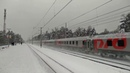 Скорый поезд снежным январским днём, проносится мимо платформы 42 км, Рязанского направления.