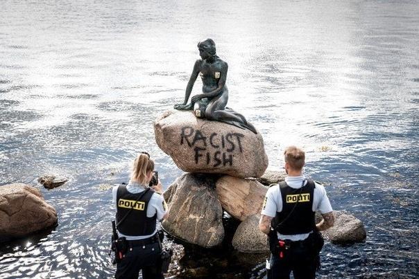Вандалы осквернили статую Русалочки в Копенгагене, написав краской на ее основании фразу «расистская рыба», а также наклеили несколько стикеров В данный момент полиция Дании изучает собранные на