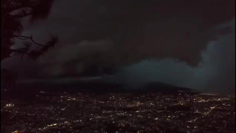 Во время грозы над Сан Хуан Тепик Наярит Мексика 22 августа 2018 странный сферический объект вылетает из облаков на выс