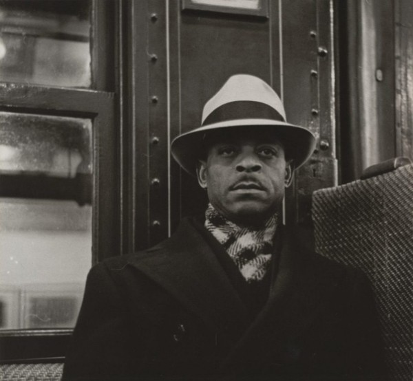 Фотограф Уокер Эванс (Waler Evans 1903 1975 использовал камеру, спрятанную в куртке, и спусковой тросик, спускающийся по рукаву к его пальцам, чтобы фотографировать людей, едущих в Нью-Йоркском