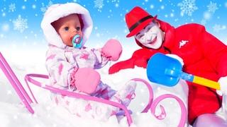 La muñeca bebé en el camino al Castillo. Juguetes para niñas. Vídeos para niñas pequeñas