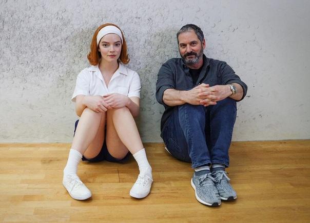 Аня Тейлор-Джой и шоураннер Скотт Фрэнк на съемках мини-сериала «Ход королевы»